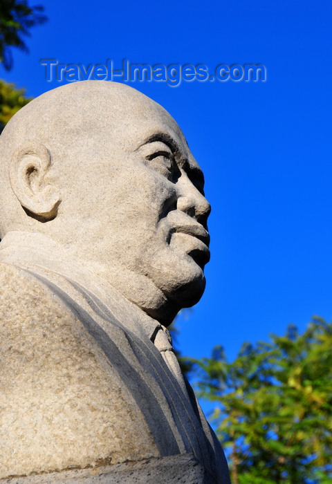 madagascar346: Antananarivo / Tananarive / Tana - Analamanga region, Madagascar: bust of Philibert Tsiranana, 1st president or the Malagasy republic, father of independence - Place de l'Indépendence, former place Colbert - Antaninarenina - photo by M.Torres - (c) Travel-Images.com - Stock Photography agency - Image Bank
