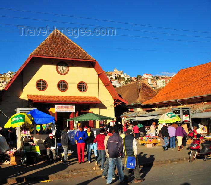madagascar347: Antananarivo / Tananarive / Tana - Analamanga region, Madagascar: Analakely Market - red roofed pavilions - place du Zoma - photo by M.Torres - (c) Travel-Images.com - Stock Photography agency - Image Bank