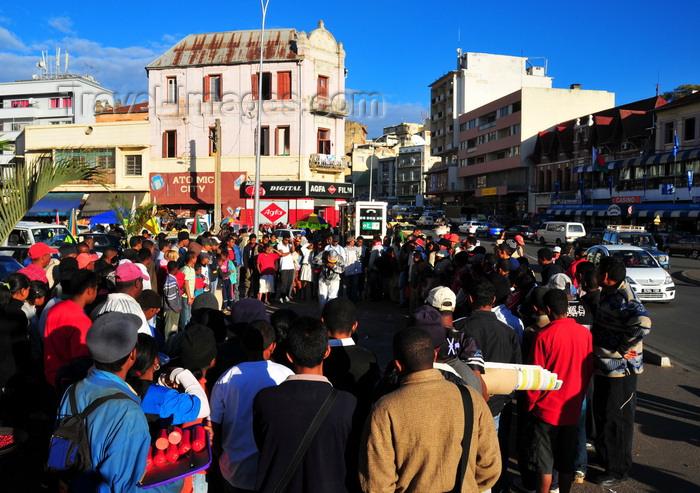madagascar350: Antananarivo / Tananarive / Tana - Analamanga region, Madagascar: crowd and performer - Independence avenue and start of Ave 26 Juin 1960 - araben'ny Fahaleovantena - Analakely - photo by M.Torres - (c) Travel-Images.com - Stock Photography agency - Image Bank