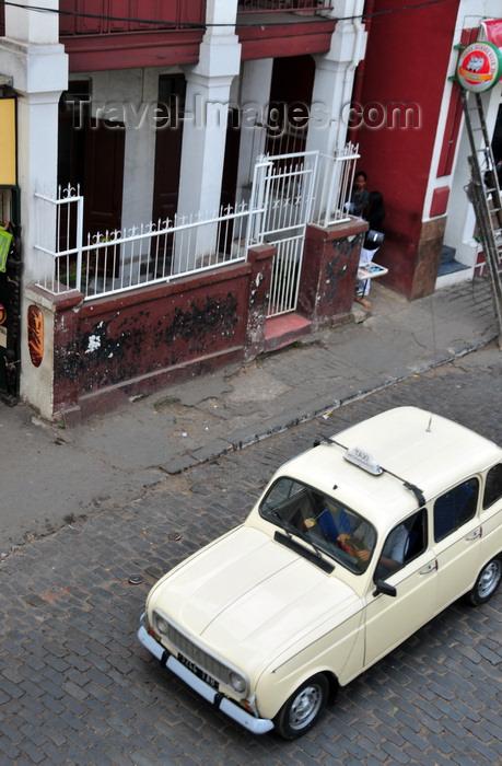 madagascar427: Antananarivo / Tananarive / Tana - Analamanga region, Madagascar: Renault 4 taxi - Rue Ramanantsoa - photo by M.Torres - (c) Travel-Images.com - Stock Photography agency - Image Bank