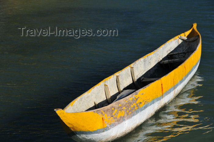 madagascar61: Vohilava, Île Sainte Marie / Nosy Boraha, Analanjirofo region, Toamasina province, Madagascar: yellow and white canoe rests on the quiet and warm waters of the Indian Ocean - photo by M.Torres - (c) Travel-Images.com - Stock Photography agency - Image Bank
