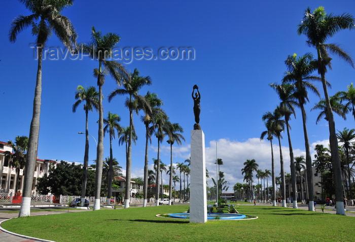 madagascar91: Toamasina / Tamatave, Madagascar: monument on Independence avenue - looking west - Araben'ny Fahaleovantena blvd - photo by M.Torres - (c) Travel-Images.com - Stock Photography agency - Image Bank