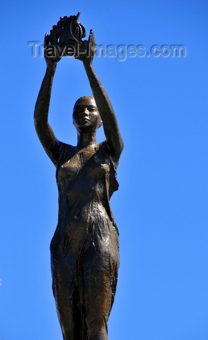 madagascar92: Toamasina / Tamatave, Madagascar: monument on Idependence avenue - woman holding a vessel - the city has a long tradition in sea trade - Araben'ny Fahaleovantena blvd - photo by M.Torres - (c) Travel-Images.com - Stock Photography agency - Image Bank
