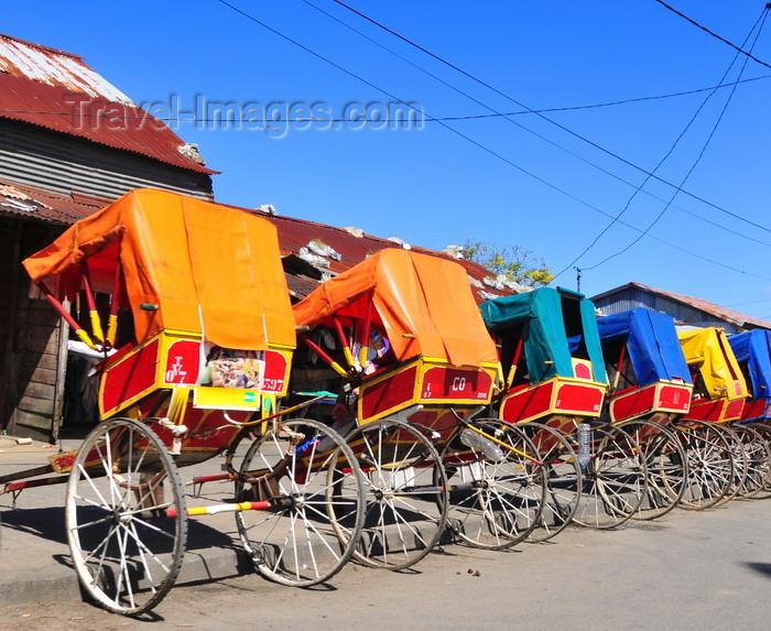 madagascar99: Toamasina / Tamatave, Madagascar: rickshaw stand at a bazaar - pousse pousse - photo by M.Torres - (c) Travel-Images.com - Stock Photography agency - Image Bank