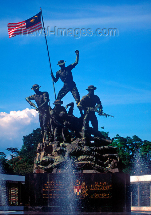 mal146: Malaysia - Kuala Lumpur - KL / KUL: National monument - Tugu Negara - soldiers hold the Malaysian national flag, the Jalur Gemilang - sculptor Felix de Weldon - photo by B.Lendrum - (c) Travel-Images.com - Stock Photography agency - Image Bank