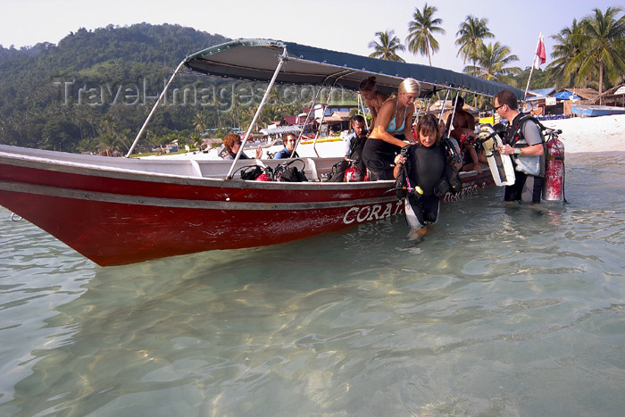 mal80: Malaysia - Pulau Perhentian / Perhentian Island: divers coach the tourists (photo by Jez Tryner) - (c) Travel-Images.com - Stock Photography agency - Image Bank