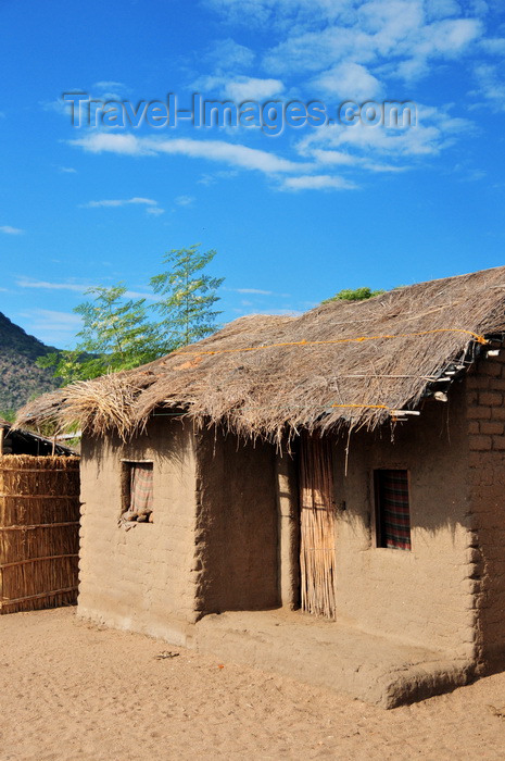 malawi102: Cape Maclear / Chembe, Malawi: mud brick house with thatched roof - built on the beach sand - photo by M.Torres - (c) Travel-Images.com - Stock Photography agency - Image Bank
