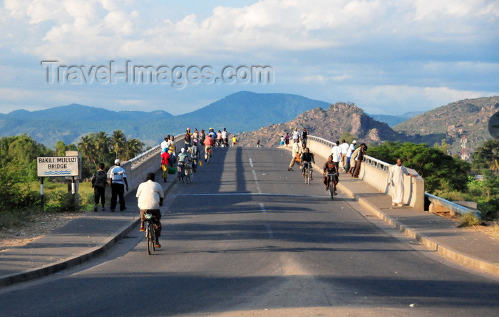 malawi113: Mangochi, Malawi: people cross the Bakili Muluzi bridge, named after the President of Malawi from 1994 to 2004 - former Fort Johnston - photo by M.Torres - (c) Travel-Images.com - Stock Photography agency - Image Bank