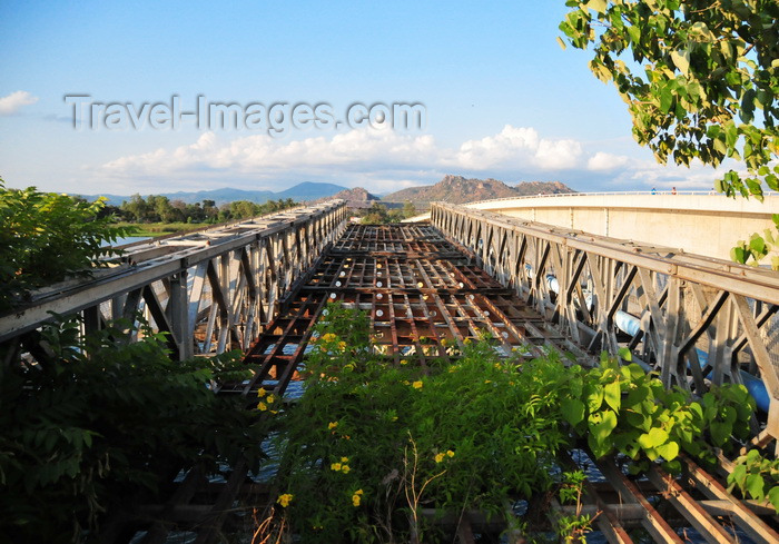 malawi117: Mangochi, Malawi: remains of the old truss bridge over the River Shire, now taken over by vegetation - photo by M.Torres - (c) Travel-Images.com - Stock Photography agency - Image Bank