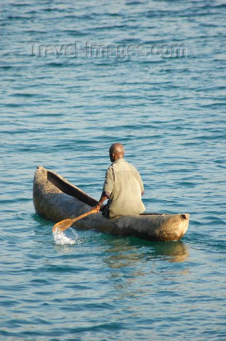 malawi15: Lake Nyasa, Malawi: dugout canoe - photo by D.Davie - (c) Travel-Images.com - Stock Photography agency - Image Bank