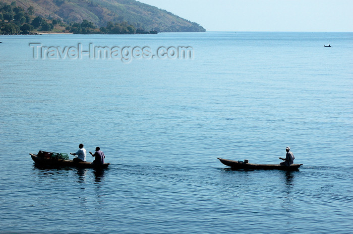 malawi29: Lake Nyasa, Malawi: two canoes - photo by D.Davie - (c) Travel-Images.com - Stock Photography agency - Image Bank