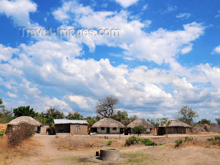malawi75: Lake Malombe, Malawi: village houses near a water well - thatched and zinc roofs - photo by M.Torres - (c) Travel-Images.com - Stock Photography agency - Image Bank