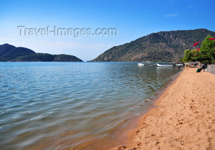 malawi80: Cape Maclear / Chembe, Malawi: quiet beach on Lake Nyasa / Lake Malawi - cape on the right, Domwe Island on the left - Nankumba Peninsula - photo by M.Torres - (c) Travel-Images.com - Stock Photography agency - Image Bank