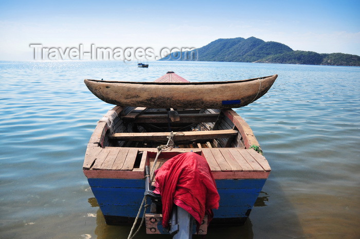 malawi81: Cape Maclear / Chembe, Malawi: wooden dugout canoe stacked across the gunnels of a fishing boat - Domwe Island in the background - Lake Malawi National Park, UNESCO World Heritage Site, Nankumba Peninsula - photo by M.Torres - (c) Travel-Images.com - Stock Photography agency - Image Bank