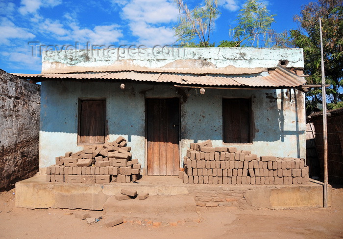 malawi85: Cape Maclear / Chembe, Malawi: house with piles of mud bricks under a zinc porch - Nankumba Peninsula - photo by M.Torres - (c) Travel-Images.com - Stock Photography agency - Image Bank