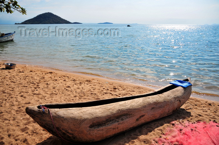 malawi92: Cape Maclear / Chembe, Malawi: hand carved pirogue on the beach, Thumbi West Island and Mumbo Island on Lake Malawi National Park - photo by M.Torres - (c) Travel-Images.com - Stock Photography agency - Image Bank