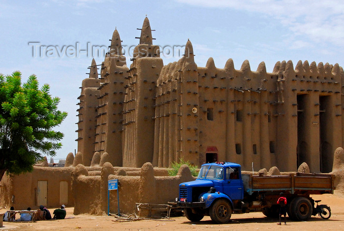 mali20: Djenn&#233;, Mopti Region, Mali: truck and the Great Mosque of Djenn&#233; - UNESCO  World Heritage Site - photo by J.Pemberton - (c) Travel-Images.com - Stock Photography agency - Image Bank