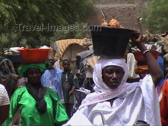 mali22: Mali - Gao / GAQ: women at the market - photo by A.Slobodianik - (c) Travel-Images.com - Stock Photography agency - Image Bank
