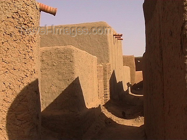 mali27: Mali - Bozo town: narrow alley - mud architecture - photo by A.Slobodianik - (c) Travel-Images.com - Stock Photography agency - Image Bank