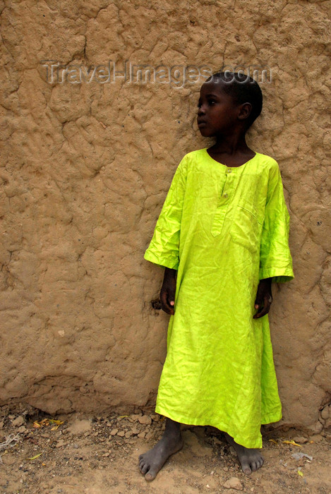 mali45: Timbuktu / Tombouctou, Mali: young boy in bright gelabaya agains a mud wall - photo by J.Pemberton - (c) Travel-Images.com - Stock Photography agency - Image Bank