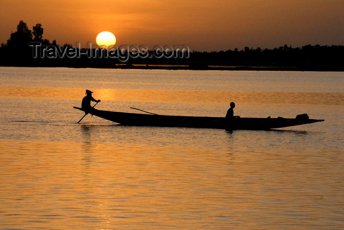 mali6: Mopti, Mali: canoe silhouette on the Niger river at sunset - photo by J.Pemberton - (c) Travel-Images.com - Stock Photography agency - Image Bank