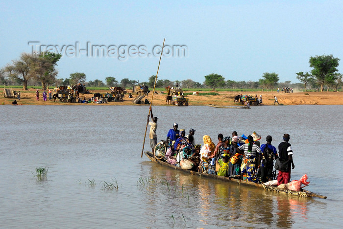 mali62: Djenné, Mopti Region, Mali: crowded local 'ferry' across the Bani river on market day - canoe - photo by J.Pemberton - (c) Travel-Images.com - Stock Photography agency - Image Bank