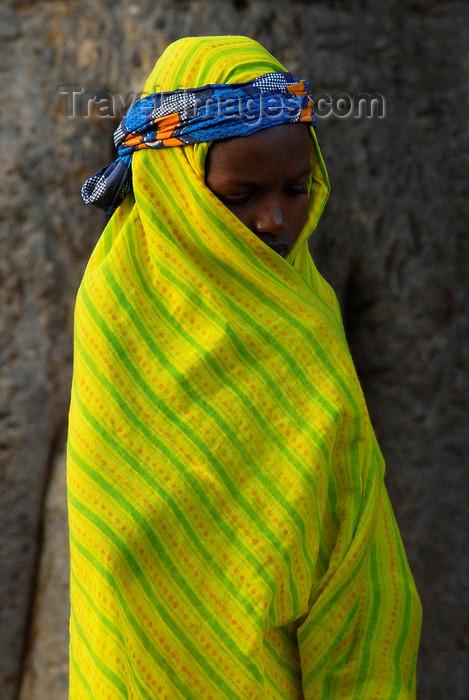mali64: Bandiagara Escarpment, Dogon country, Mopti region, Mali: girl in bright shawl - photo by J.Pemberton - (c) Travel-Images.com - Stock Photography agency - Image Bank