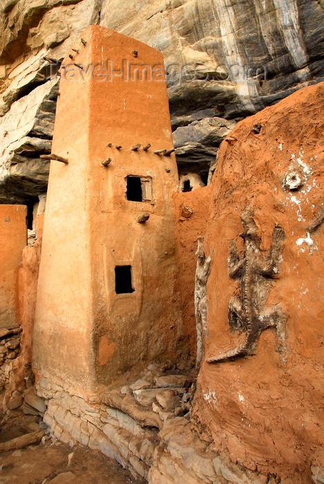 mali66: Bandiagara Escarpment, Dogon country, Mopti region, Mali: Dogon granaries and Crocodile Totem - Binou cult - photo by J.Pemberton - (c) Travel-Images.com - Stock Photography agency - Image Bank