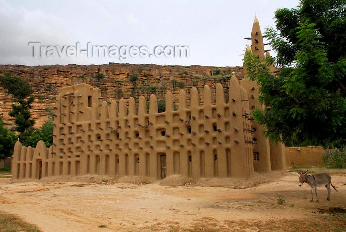 mali76: Bandiagara Escarpment, Dogon country, Mopti region, Mali: cliffs and Sahel-style mud brick Mosque in Kani Kombole village - photo by J.Pemberton - (c) Travel-Images.com - Stock Photography agency - Image Bank
