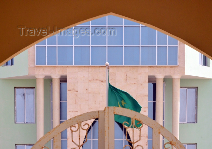 mauritania64: Nouakchott, Mauritania: the City Hall with the Mauritanian flag - Communauté Urbaine de Nouakchott - photo by M.Torres - (c) Travel-Images.com - Stock Photography agency - Image Bank