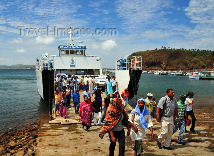 mayotte6: Mamoudzou, Grande-Terre / Mahore, Mayotte: the ferry from Dzaoudzi arrives - for the Maorais the 'barge' is a routine and a social occasion - there is even the verb 'barger'!  - photo by M.Torres - (c) Travel-Images.com - Stock Photography agency - Image Bank