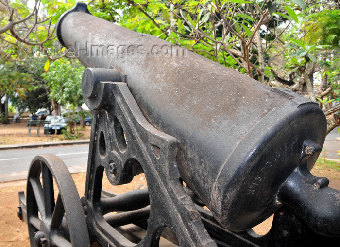mayotte86: Dzaoudzi, Petite-Terre, Mayotte: artillery - old French naval gun - photo by M.Torres - (c) Travel-Images.com - Stock Photography agency - Image Bank