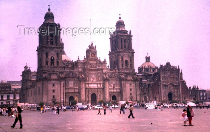 mexico40: Mexico City: Constitution square and the Metropolitan Cathedral / Plaza de la Constituicion y Catedral Metropolitana - Zocalo - Historic Centre of Mexico City - Unesco world heritage site - photo by M.Torres - (c) Travel-Images.com - Stock Photography agency - Image Bank