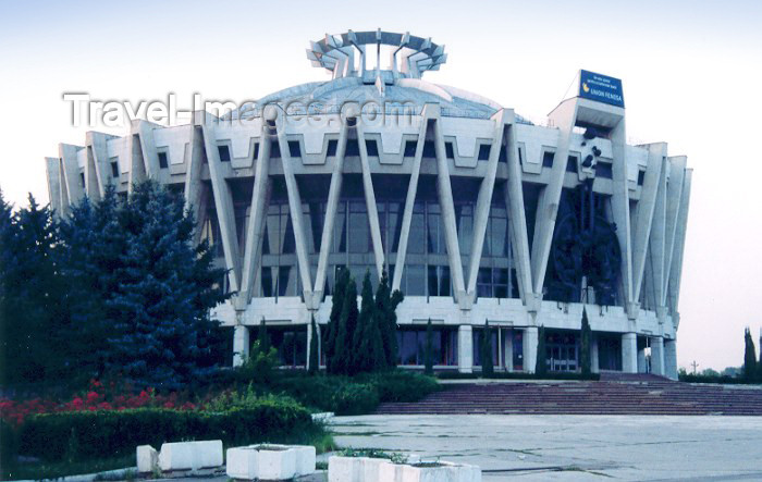 moldova1: Moldova / Moldavia - Chisinau / Kishinev / KIV : the Circus, now sponsered by Union Fenosa... - Bouleverd Renasterii - architects S. Soihet and A. Kiricenko - Circul - photo by M.Torres - (c) Travel-Images.com - Stock Photography agency - Image Bank