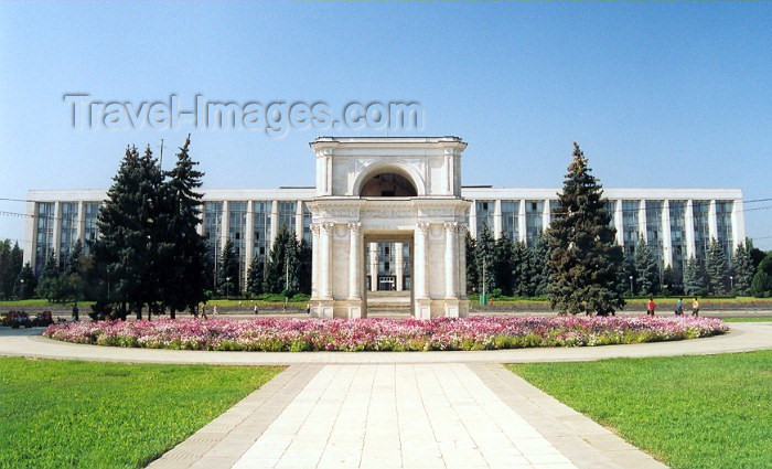 moldova3: Chisinau / Kishinev, Moldova: government House by architect S. Fridlin, Russian arch in the foreground - photo by M.Torres - (c) Travel-Images.com - Stock Photography agency - Image Bank