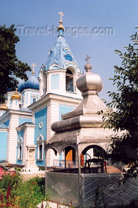 moldova33: Chisinau / Kishinev, Moldova:Church of St. Teodor Tiron - Ciuflea - the well - Catedrala episcopala Sf. Teodor Tiron - Biserica Sf. Tiron - photo by M.Torres - (c) Travel-Images.com - Stock Photography agency - Image Bank