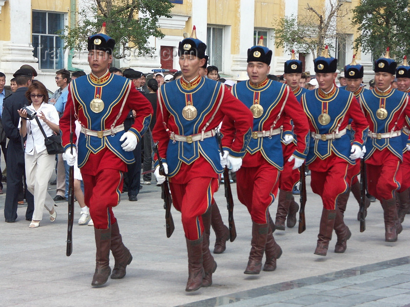 mongolia76: Mongolia - Ulan Bator / Ulaanbaatar: soldiers on parade - traditional uniforms - army - rifles - photo by P.Artus - (c) Travel-Images.com - Stock Photography agency - Image Bank