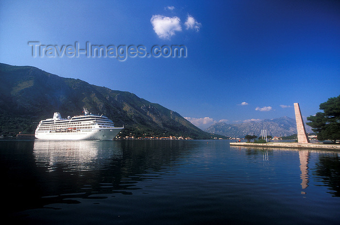 montenegro195: Montenegro -  Kotor: cruise-ship leaving - photo by D.Forman - (c) Travel-Images.com - Stock Photography agency - Image Bank