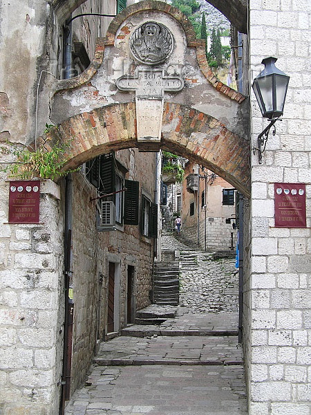 montenegro40: Montenegro - Crna Gora  - Kotor: arch in the old town - stairs to the fortress - photo by J.Kaman - (c) Travel-Images.com - Stock Photography agency - Image Bank