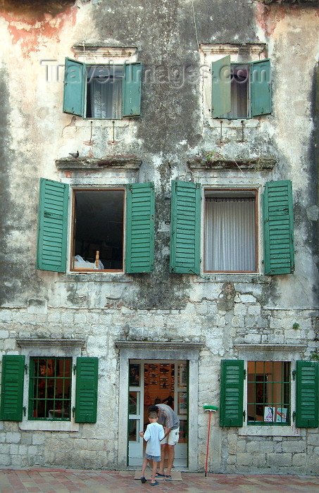 montenegro7: Montenegro - Crna Gora  - Kotor: façade - residential building - green shutters - photo by J.Banks - (c) Travel-Images.com - Stock Photography agency - Image Bank