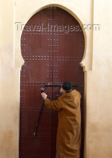 moroc161: Morocco / Maroc - Fez: closing the door - photo by J.Kaman - (c) Travel-Images.com - Stock Photography agency - Image Bank