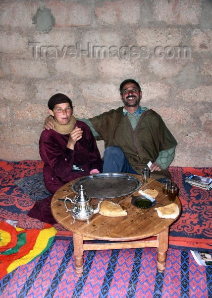moroc285: Morocco / Maroc - Dades gorge: sharing the bread - photo by J.Kaman - (c) Travel-Images.com - Stock Photography agency - Image Bank