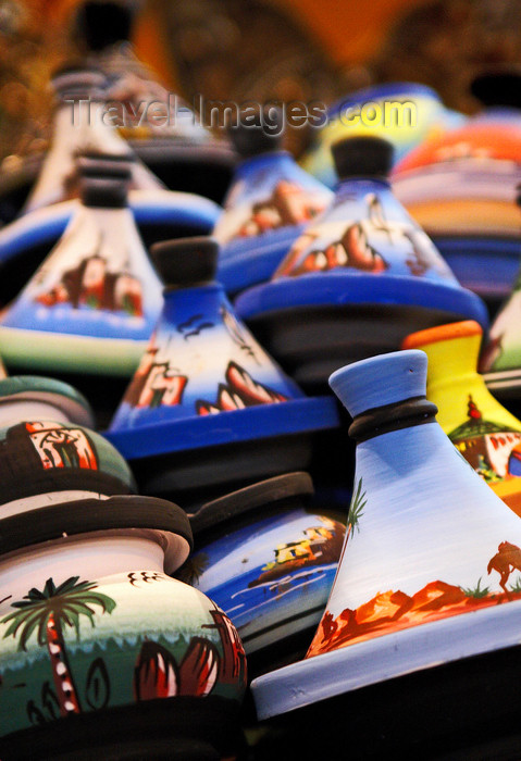 moroc423: Morocco - :arrakech: Place Jemaa el-Fna - Moroccan pottery - tajines - photo by M.Ricci - (c) Travel-Images.com - Stock Photography agency - Image Bank