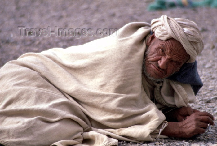 moroc85: Morocco / Maroc - Imilchil: old berber man prepares for siesta - photo by F.Rigaud - (c) Travel-Images.com - Stock Photography agency - Image Bank