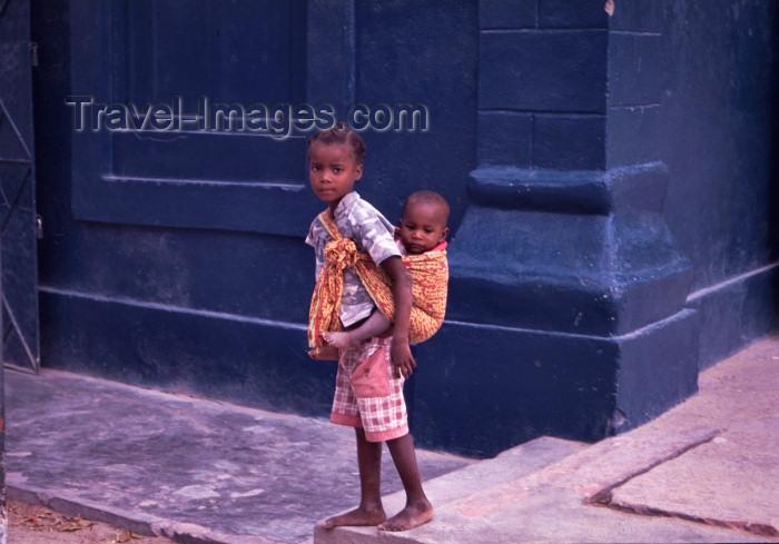 mozambique100: Ilha de Moçambique / Mozambique island: young girl and her little brother / miúda carregando o seu irmãozinho - photo by F.Rigaud - (c) Travel-Images.com - Stock Photography agency - Image Bank