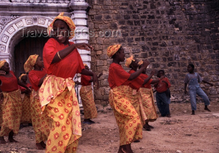 mozambique112: Ilha de Moçambique / Mozambique island: Tufo dance - 'Estrela Vermelha' group of women in front of St Sebastian fort / dança Tufo - photo by F.Rigaud - (c) Travel-Images.com - Stock Photography agency - Image Bank