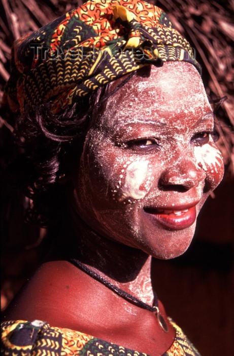 mozambique130: Mozambique / Moçambique - Pemba: woman with musiro mask made from the Olax dissitiflora tree, knwon as ximbuti or msiro / mulher com mascara de musiro - msiro - ximbuti - photo by F.Rigaud - (c) Travel-Images.com - Stock Photography agency - Image Bank