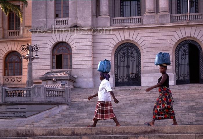 mozambique172: Mozambique / Moçambique - Maputo / Lourenço Marques / MPM : women with loads on their heads - city hall / mulheres com carga na cabeça - camara municipal de Maputo - photo by F.Rigaud - (c) Travel-Images.com - Stock Photography agency - Image Bank