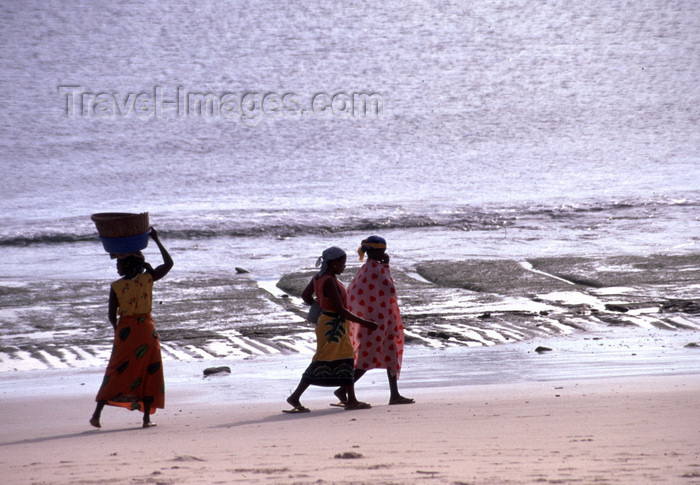 mozambique198: Pemba / Porto Amélia, Cabo Delgado, Mozambique / Moçambique: women walk along the beach - Pemba bay - Indian ocean / mulheres caminhando ao longo da praia - photo by F.Rigaud - (c) Travel-Images.com - Stock Photography agency - Image Bank