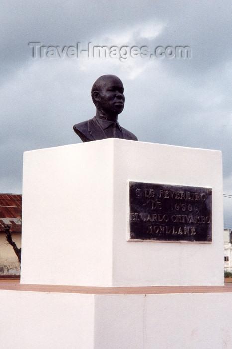 mozambique31: Xai-Xai / Vila João Belo / VJB: Eduardo Mondelane monument / busto de Eduardo Mondelane - Praça dos Heróis - photo by M.Torres - (c) Travel-Images.com - Stock Photography agency - Image Bank